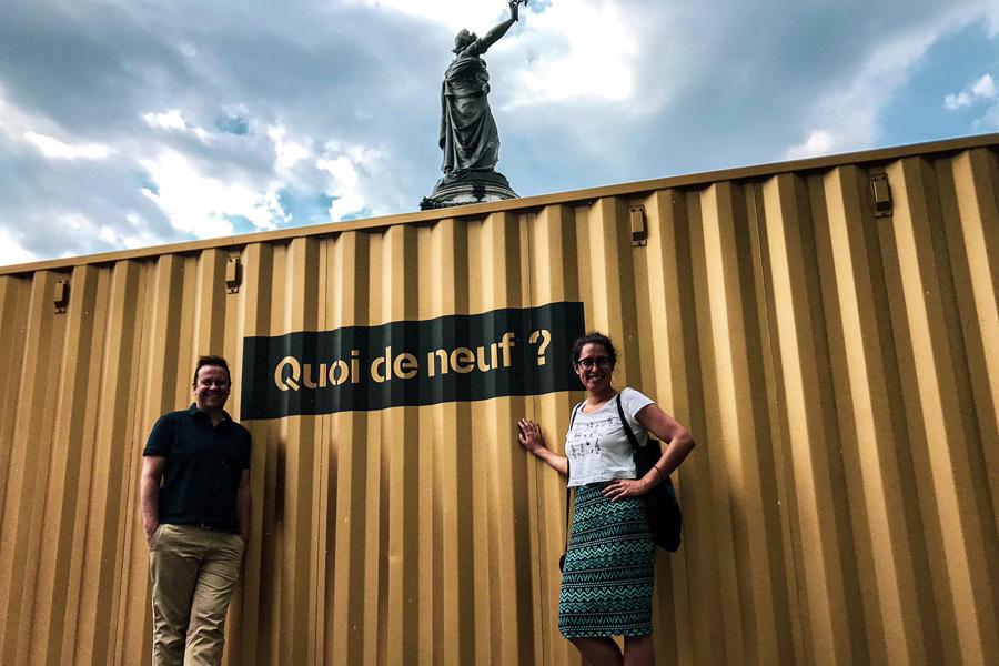 """De curieux containers dorés siglés """"Quoi de neuf ?"""" et disposés dans 40 villes du monde, comme ici Paris, place de la République."""